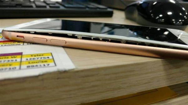 苹果大本营再现iPhone 8电池鼓包:屏幕被撑开