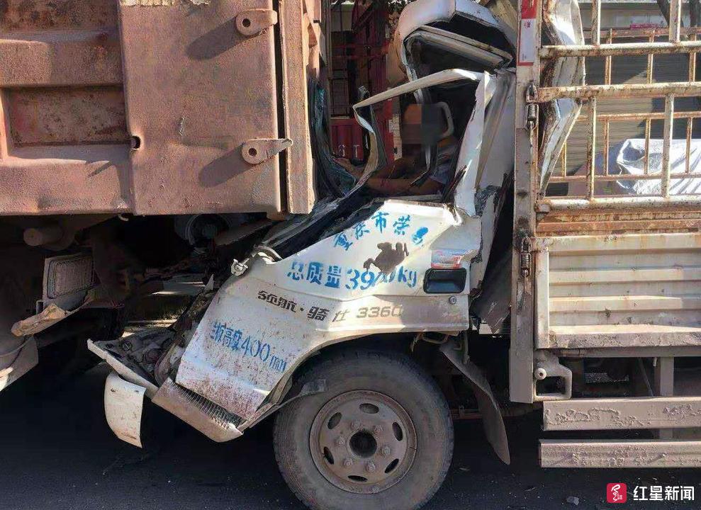 """机智!货车追尾驾驶员被困自贡富顺交警""""放气""""救人"""