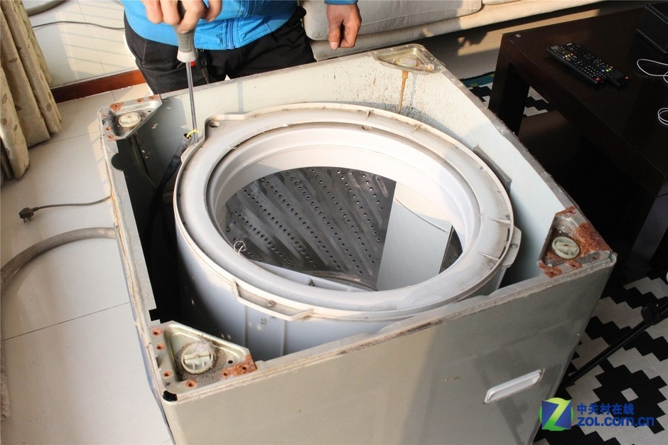 拆开洗衣机上盖,已经能够看到洗衣机内部的污脏情况.