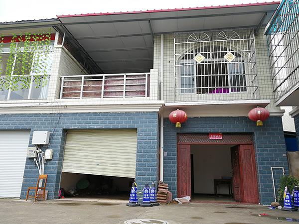 邓家位于广汉市南丰镇建新村,是一栋二层楼房。 澎湃新闻记者 朱远祥 摄