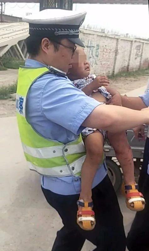 跪地交警 抱娃交警走红:烈日下救助车祸受伤母子