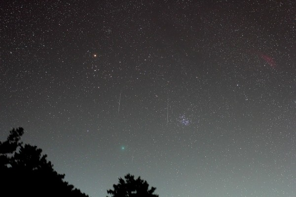双子座流星雨绝美同框46p彗星 气象局一张照片让人惊艳了!