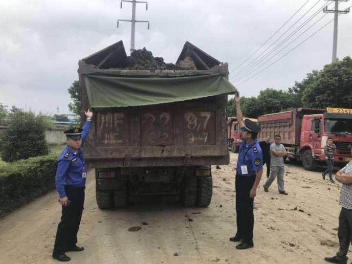 德阳4辆运渣车违规倾倒建筑垃圾被立案查处