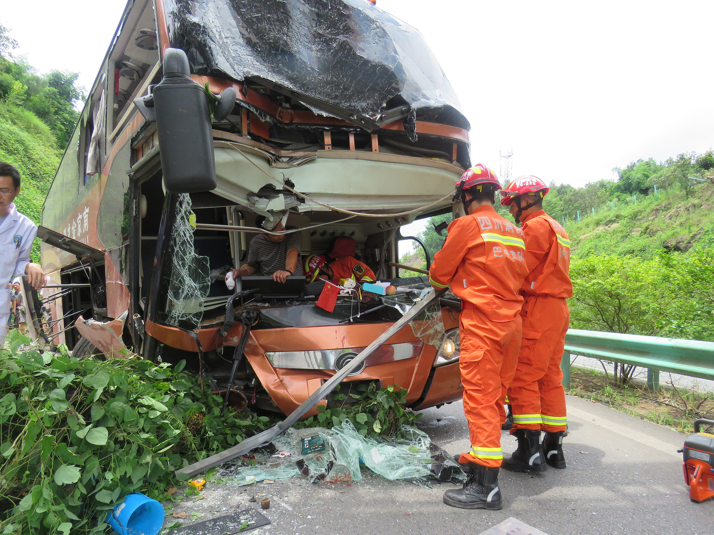 紧急救援:巴中一载有54名乘客大巴车突发车祸司机受伤被困
