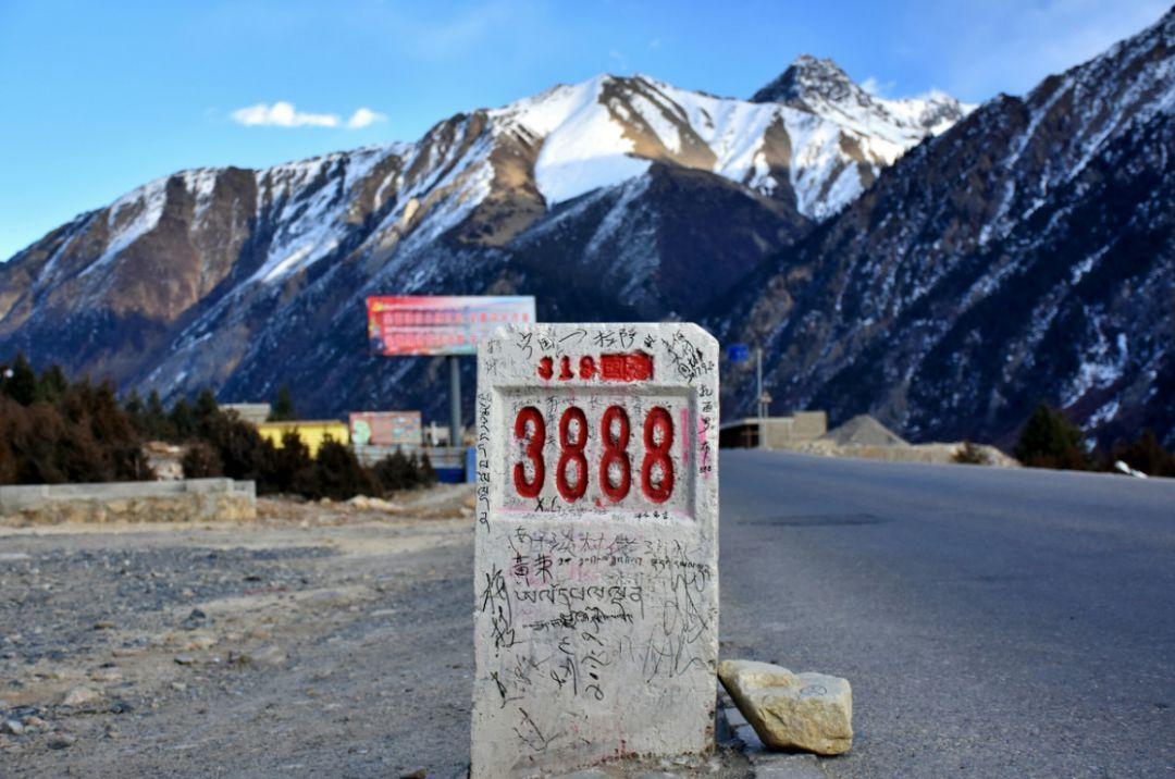 川藏公路以风景优美路途艰险著称,沿途会看到雪山,原始森林