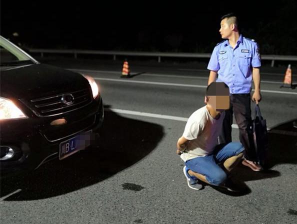 男子没带身份证驾照遇交警盘查慌了,一查竟是诈骗500万逃犯!