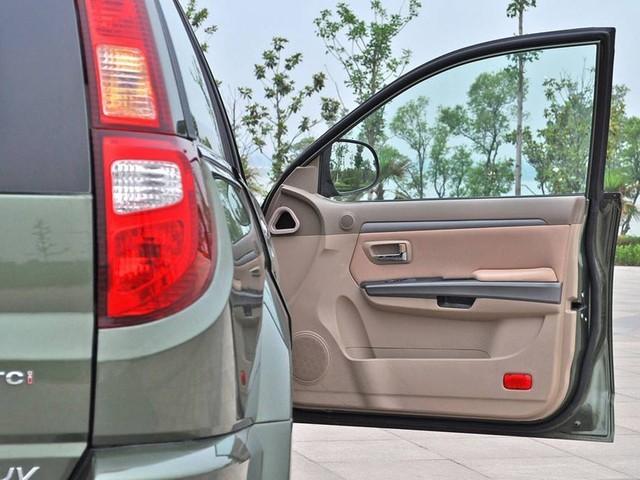 关车门不要太大力 1、对车门的铰链会造成一定的冲击,严重的导致变形卡顿,甚至无法开关车门。 2、对车门内饰板的卡扣造成震动,厉害的会震断车门饰板与车门链接的塑料卡扣,造成车门饰板与车门脱开,导致开关车门受阻。 3、对车门玻璃造成冲击,导致车玻璃升降故障,甚至震碎车玻璃。 4、对车门密封条的压力,经常这样大力关车门势必会对密封条造成很大的压力,导致密封条密封不严,车内风噪增大,严重影响密封条的寿命。