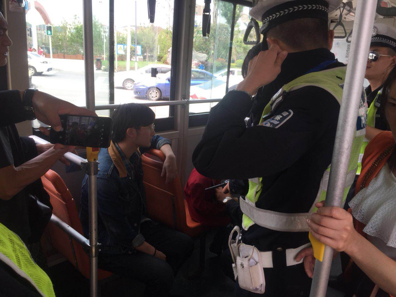 遂��小孩公交上蹦跳惹怒同�男子 竟被暴力摔打