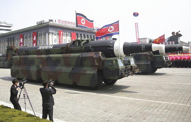 """4月15日,朝鲜导弹部队在""""太阳节""""阅兵上接受检阅。分析人士认为此导弹""""火星-12""""导弹。(新华/美联)"""