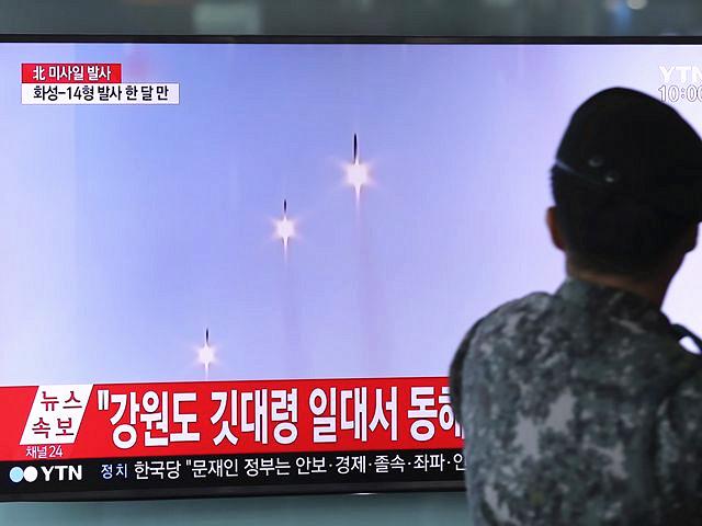 8月26日,韩国首尔火车站的显示屏播放着朝鲜试射导弹的新闻。(新华/美联)