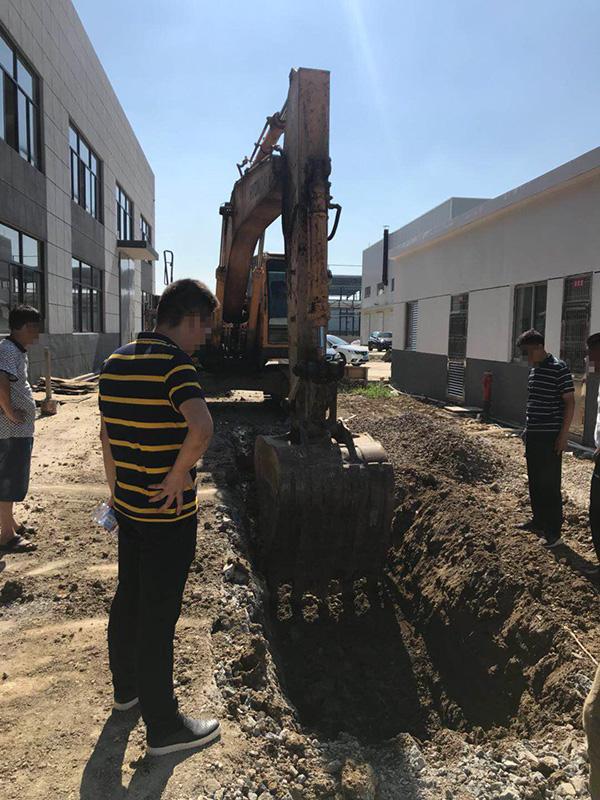江苏一工业园被曝偷埋化工废料:挖出数吨刺鼻微商招代理运作模式黑土