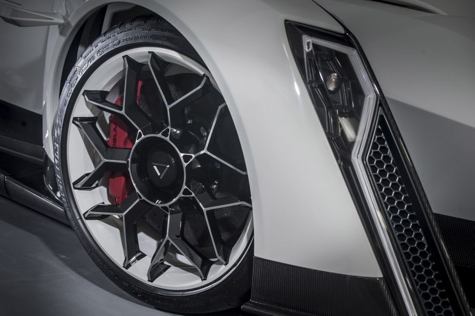 dendrobium采用碳陶瓷刹车盘和轻量级合金卡钳,搭载米其林高性能轮胎