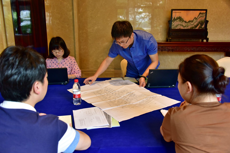 2017年8月22日,中央第二环境保护督察组督察人员在浙江向相关部门工作人员了解情况并查阅资料。摄影/章轲