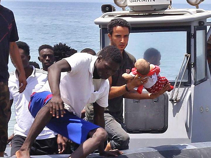 移民船只在利比亚海域倾覆 百名移民恐溺亡
