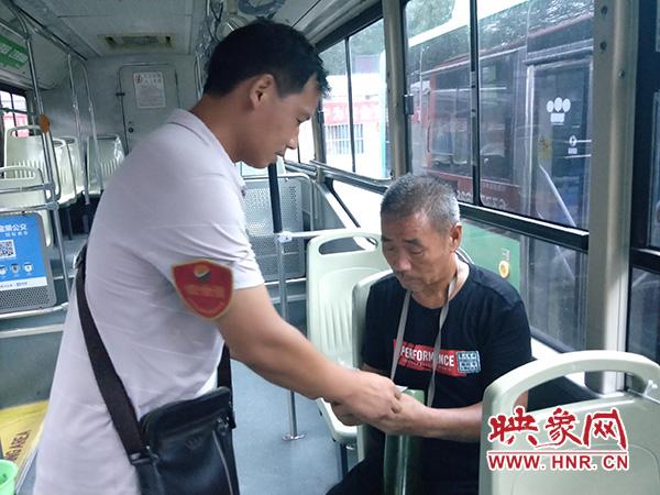 六旬老人公交迷路险走失 热心车长帮助找到家人