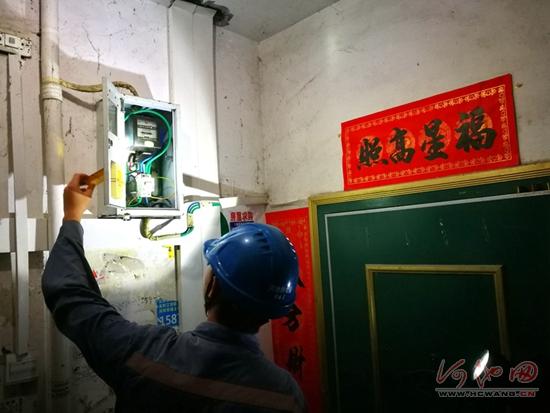 点赞!电力工人深夜抢修电路保供电