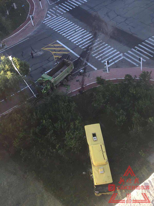 哈尔滨翻斗车与公交相撞致2死 居民:信号灯常失灵