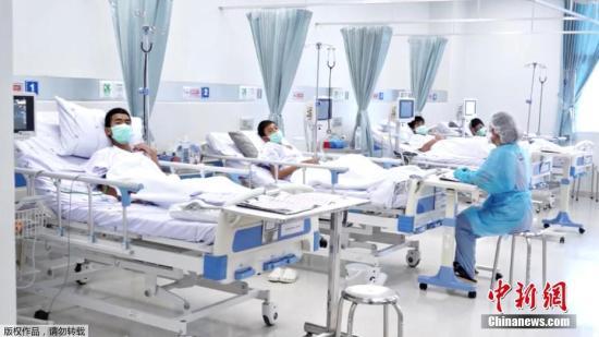 图为获救少年们在医院接受治疗。