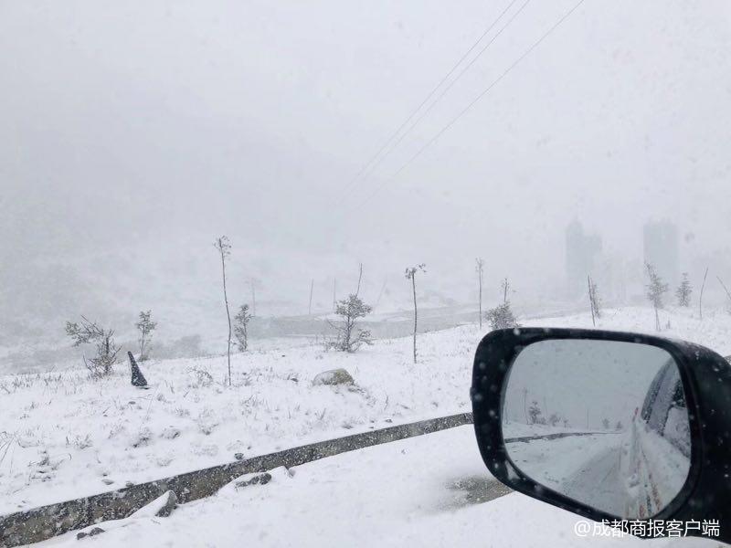 甘孜折多山降雪道路结冰禁止一切车辆上山