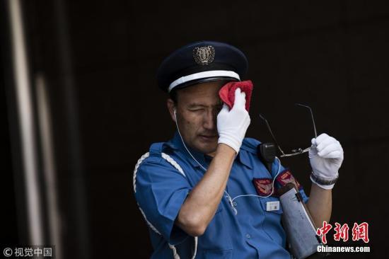 当地时间2018年7月22日,日本名古屋当地气温达到38.5摄氏度。日本遭受高温酷暑天气,近三周内已造成至少28人丧生,并有12000多人就医。法新社援引官方数据显示,日本许多城市22日的温度逼近摄氏40度。