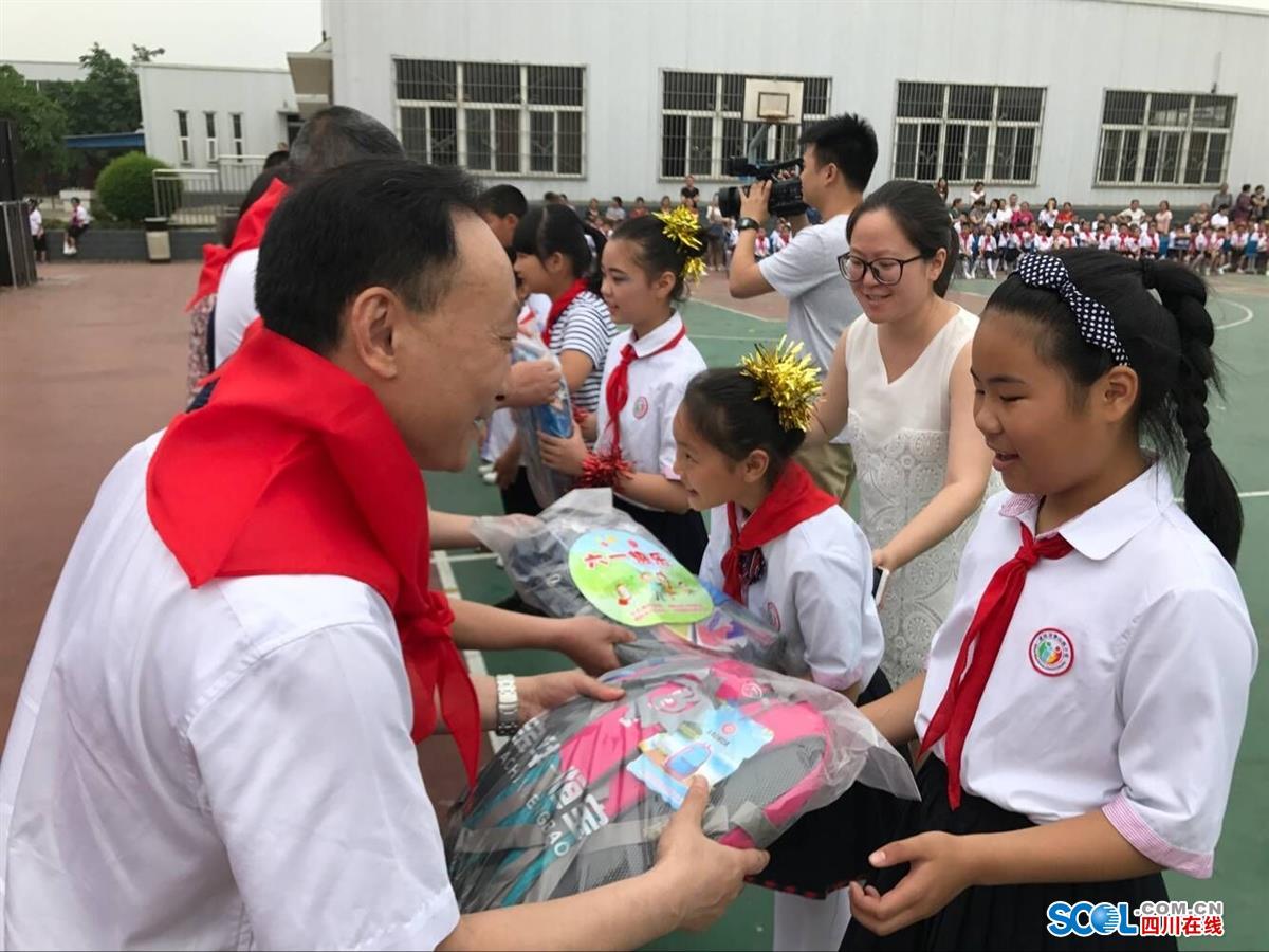 德阳市委副书记何礼看望慰问泰山路小学小学学生毕业证什么是图片