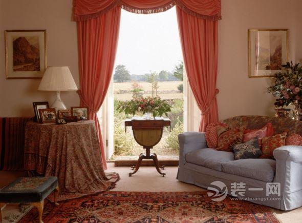 必备选品:各类花艺、绿植;带有暖色的窗帘;各类装饰摆件、壁挂;欧典纹饰的家具! 重要:色彩搭配要向新鲜、活力、积极的方向走,避免俗彩的堆砌! 例如:色彩清雅就要一系列过度均匀,切忌暖红与浅蓝这种冷暖交替的混搭色彩,要在基调浓度一致的平衡下调节搭配!