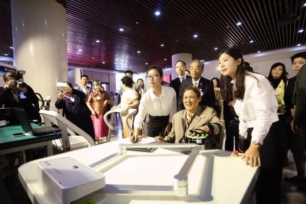 泰国公主率团参观上海理工大学 用中文签名题词