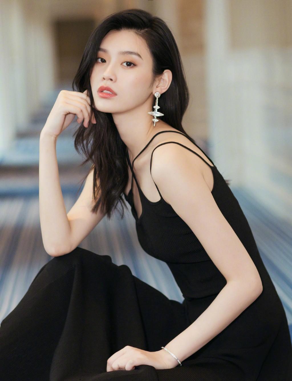 模特出身的她拍照效果还是杠杠的,可跟刘雯比起来,还是少了一丝高级