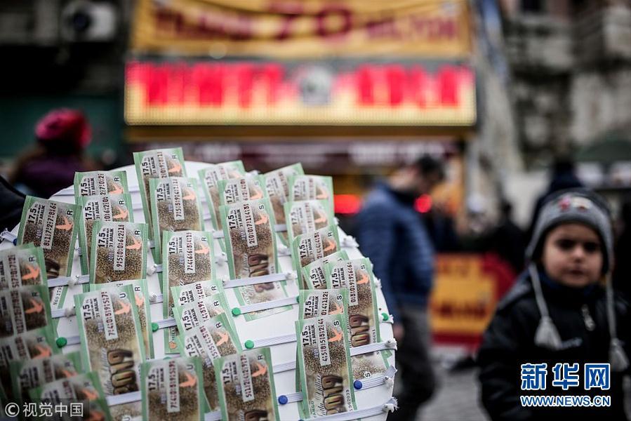 土耳其民众排队买新年彩票求转运 奖金高达1290万美元