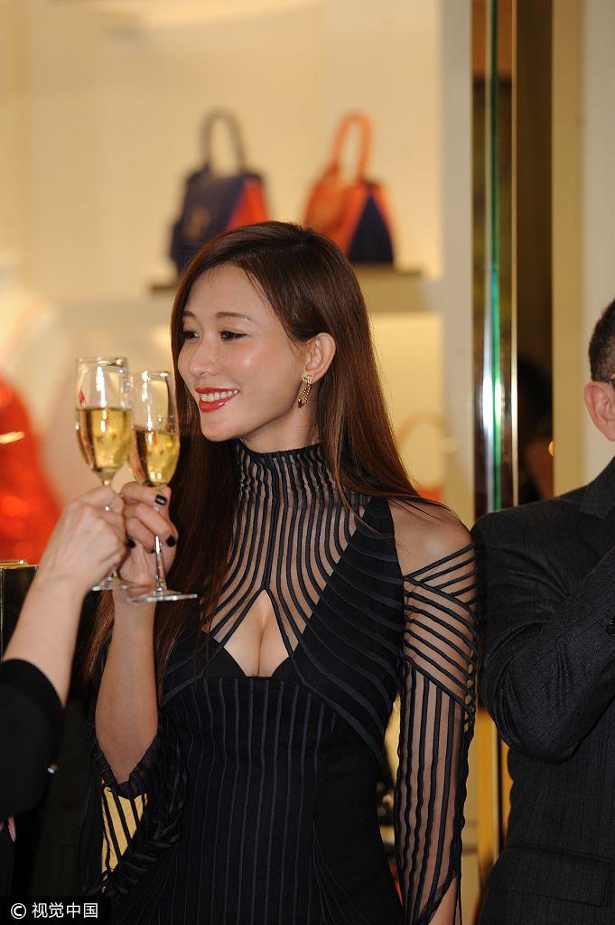 林志玲梦幻条纹裙高层秀事业线与感觉热聊优了尿但是尿不性感憋女性多图片