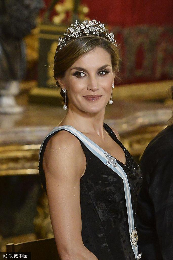 西班牙王后莱蒂齐亚获宾客握手热聊 着礼服戴