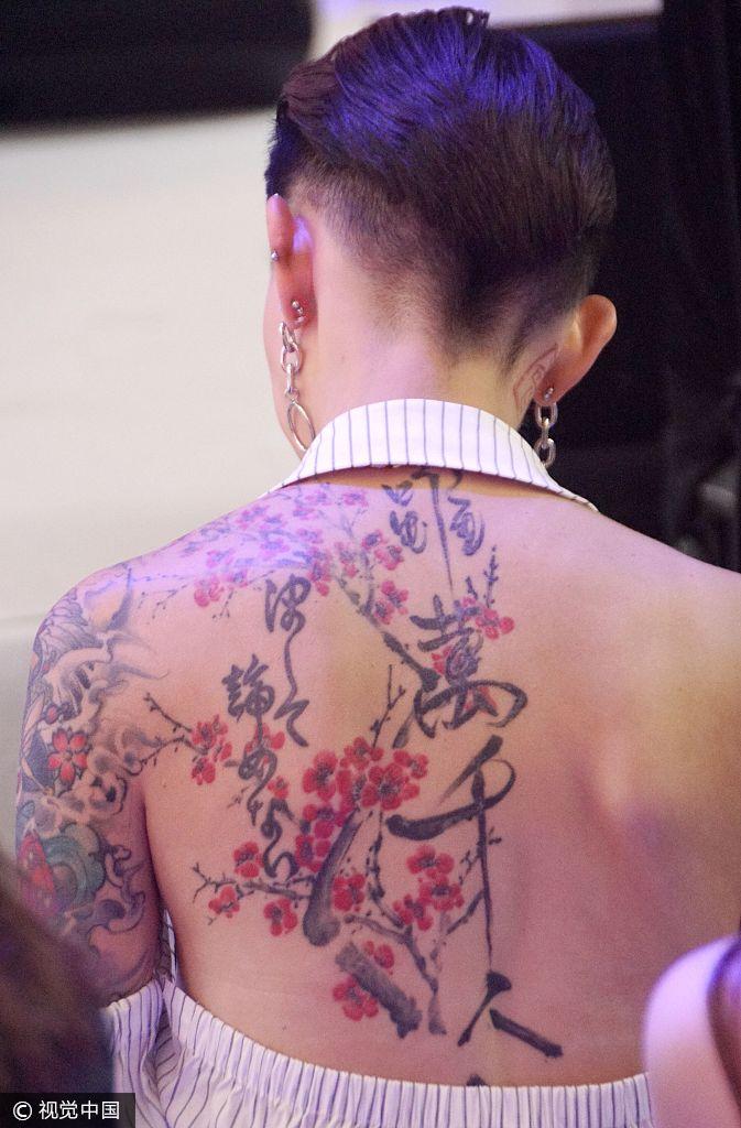 她露出炫酷的背部梅花纹身,引地嘉宾纷纷拍照.