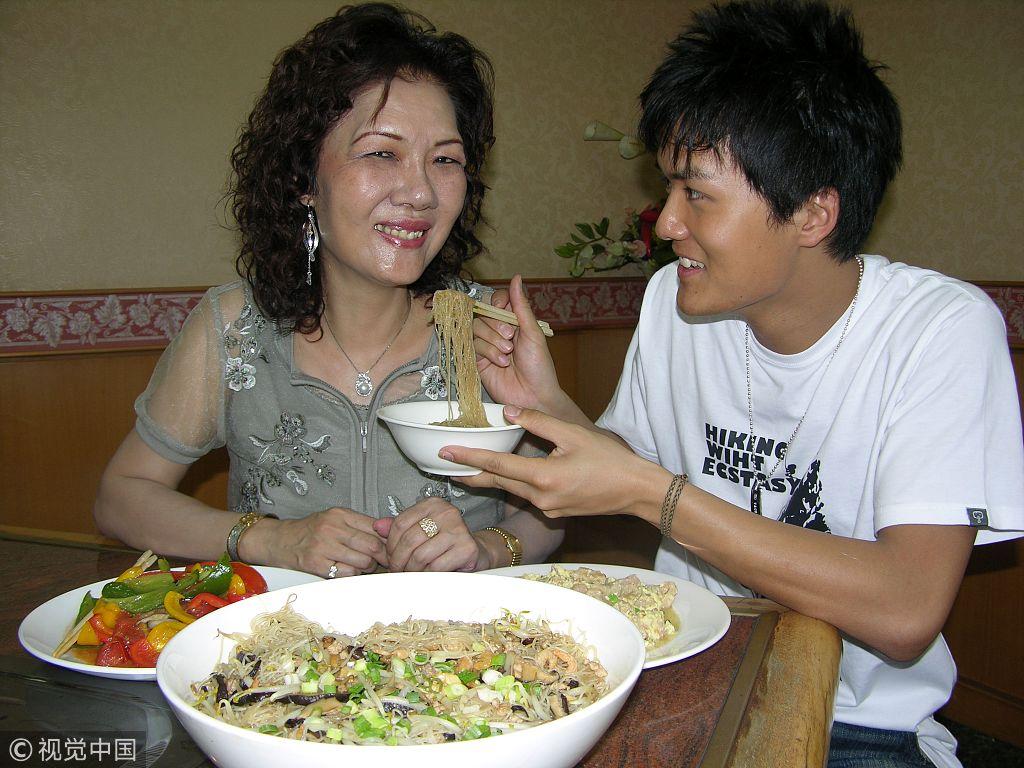 吴克羣65岁母亲去世伤感发文 昔日陪妈妈做菜孝子形象