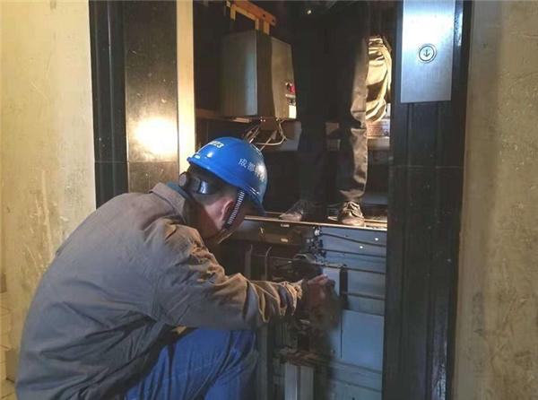 """成都市成华区85台15年以上老旧电梯迎全面""""体检"""