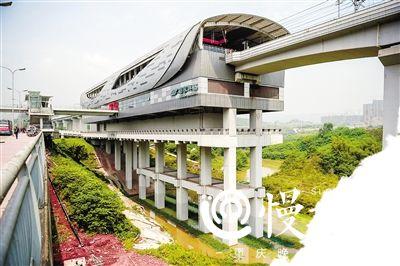 重庆刘家坪地铁站建在河中成网红 站台下约会、划船、捉虾、摸螺蛳