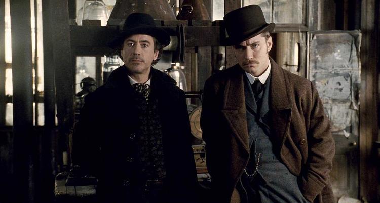 《大侦探福尔摩斯》剧照,左为小罗伯特·唐尼饰演的福尔摩斯,右为图片