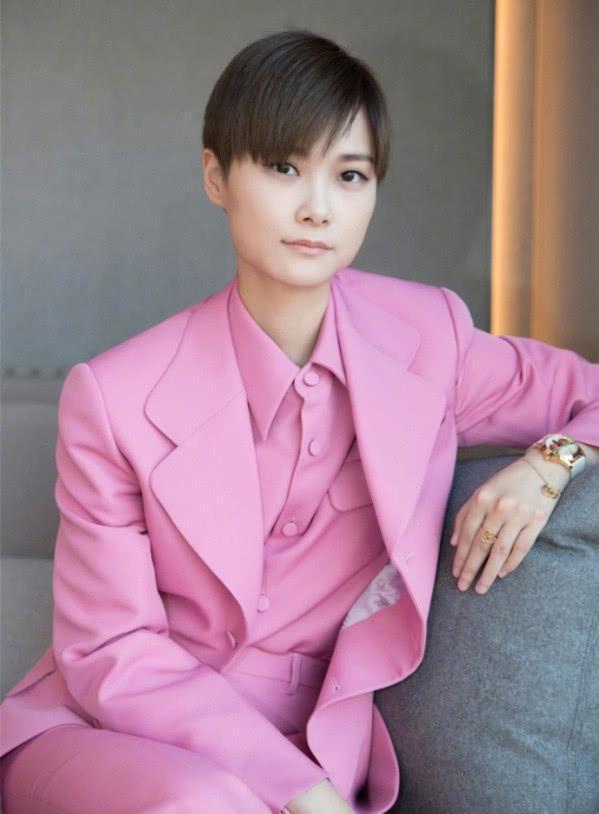 女星穿粉色西装,孟美岐穿上好可爱,欧阳娜娜穿上怎么这么酷!