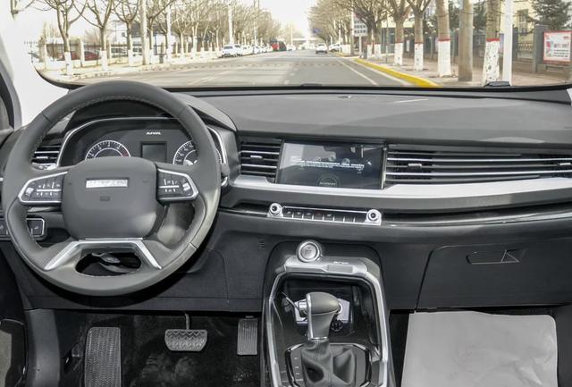 前排侧气囊都是全系标配,一键启动,无钥匙进入,自动驻车,电动天窗也是