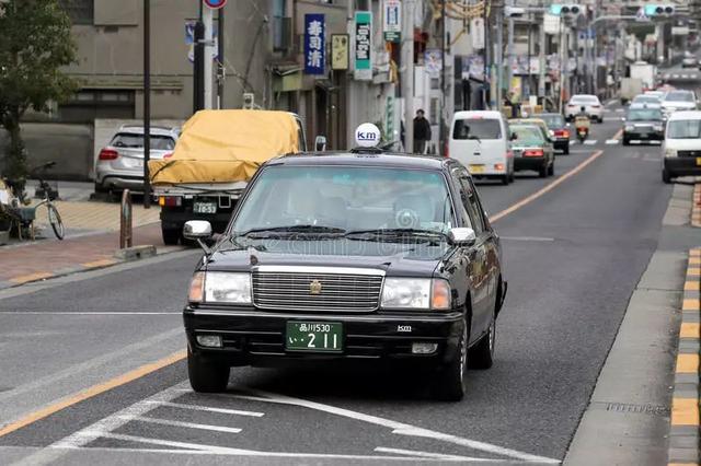 日本:丰田皇冠   来到日本,最常见的出租车就是丰田皇冠了,虽然很