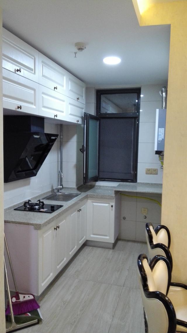 厨房白色烤漆的欧式风格橱柜网红款,普遍都选择这款,显得很美观大气