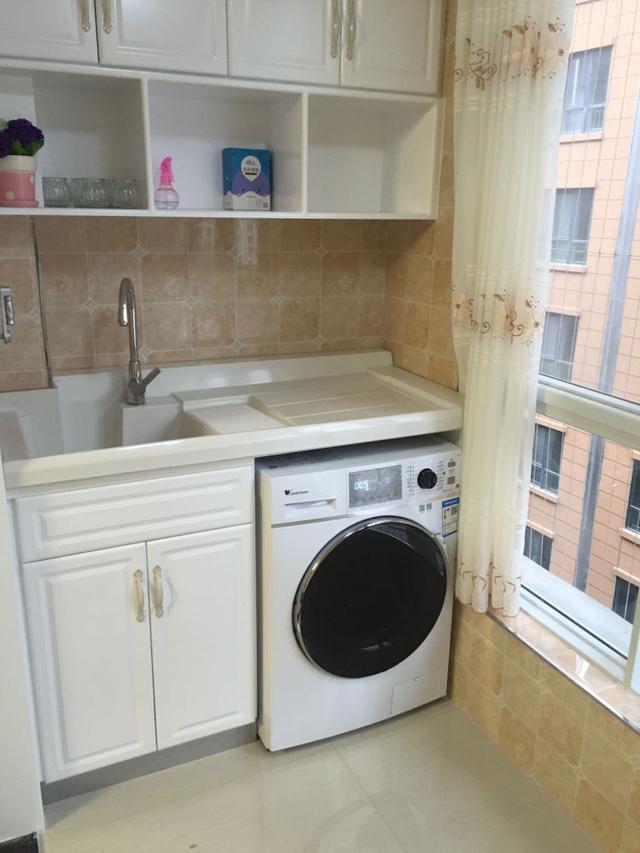 阳台上打的柜子,洗手池和洗衣机柜.