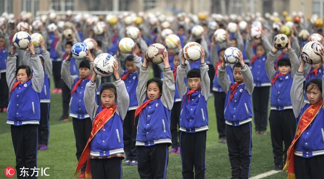 话题:足球舞惹巨大争议 不用脚踢的足球真有意