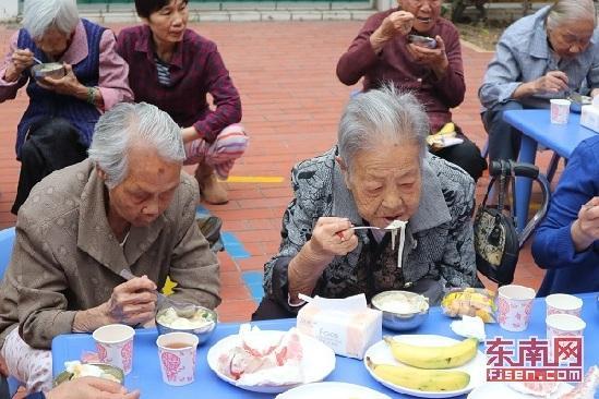 汉�y��:g6�^iY�j_东南网10月18日厦门讯(本网记者 邹珁 通讯员 黄静蓉)一边吃着