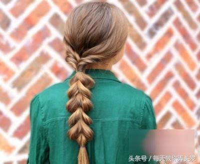 长发麦穗马尾辫扎发发型   奶茶色渲染的长发将两侧的发丝做