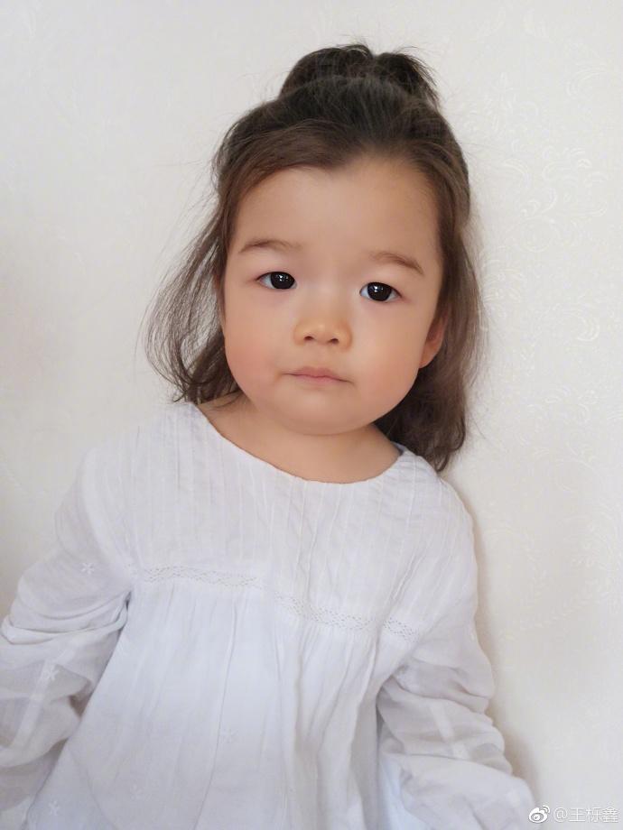 她是爸爸的丑萌一霸,妈妈的萌宝,最可爱表情帝,比包饺子还呆萌