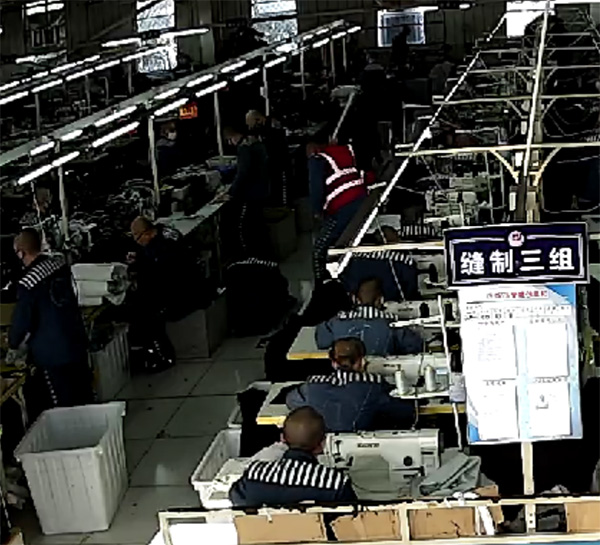 2017年11月4日下午,王磊遭同监区罪犯王某光用白色PVC管殴打监控画面。澎湃新闻记者 卫佳铭 图